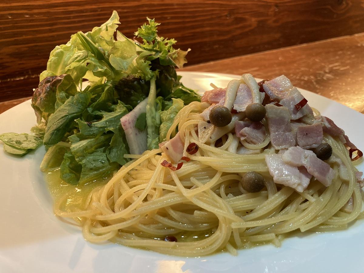 ベーコンと茸のペペロンチーニパスタ(サラダ付き)